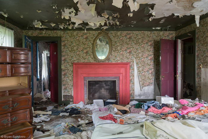 Удивительный заброшенный дом в снимках Bryan Sansivero