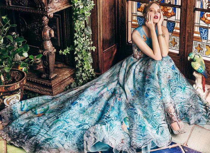 Девушки в платьях с картинами Никаса Сафронова