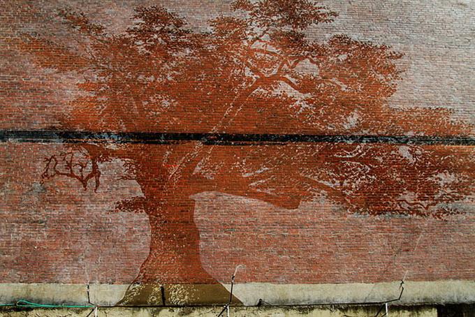Нарисовать на кирпичной стене рисунок