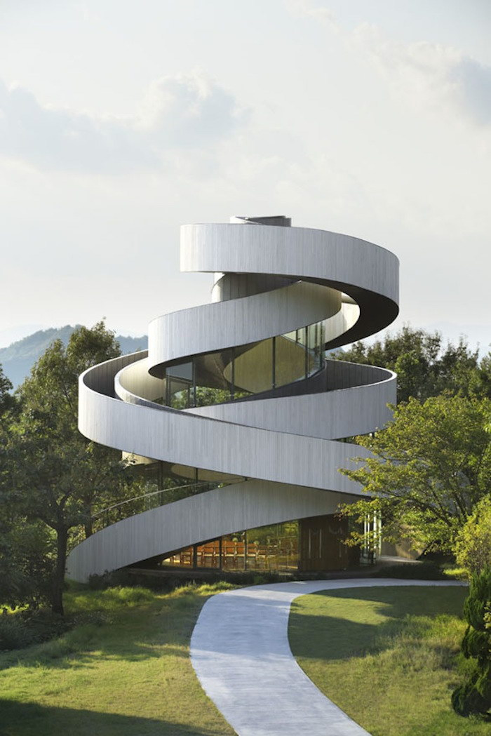 Необычная часовня в современном стиле