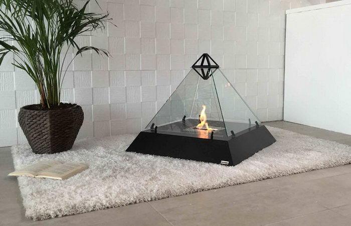Переносной камин в виде пирамиды Лувра