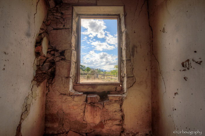 Окна заброшенных домов