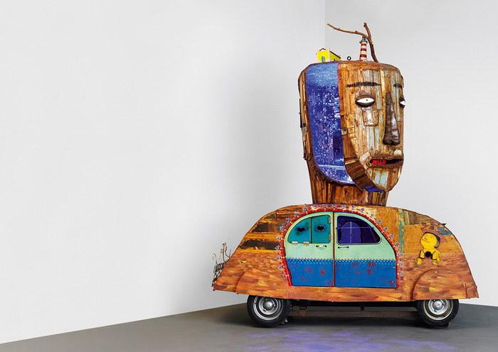 Инсталляция в виде Volkswagen Beetle художников Os Gemeos