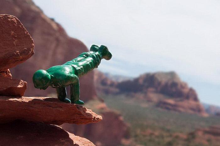 Пластиковые солдатики занимаются йогой: проект Dan Abramson