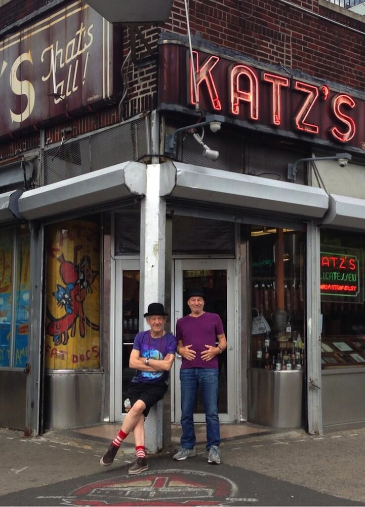 Иэн Маккелен и Патрик Стюарт в туристической фотосессии