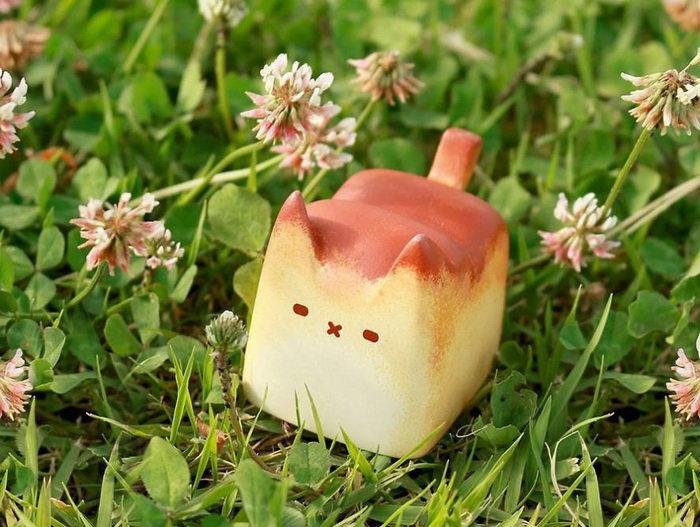 Игрушка в виде хлеба с лицом котика: работа Rato Kim