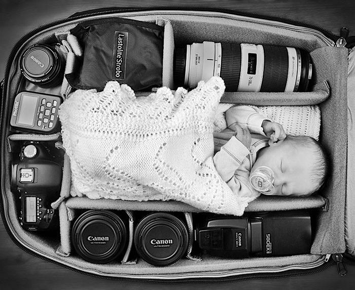 Дети фотографов, спящие в их рюкзаках