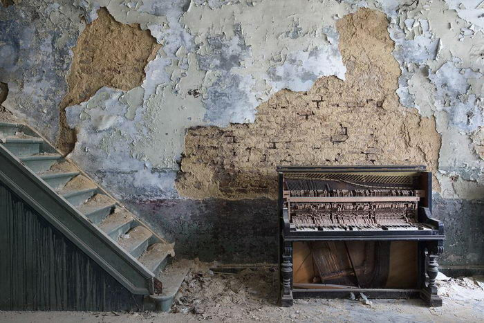 Заброшенные пианино в фотографиях Romain Thiery