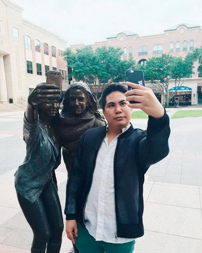 В Техасе появилась статуя Селфи