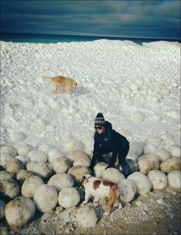 Ледяные шары на озере Мичиган