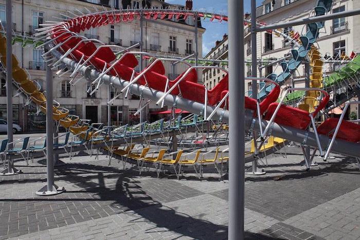 Инсталляция из 1200 пластиковых стульев
