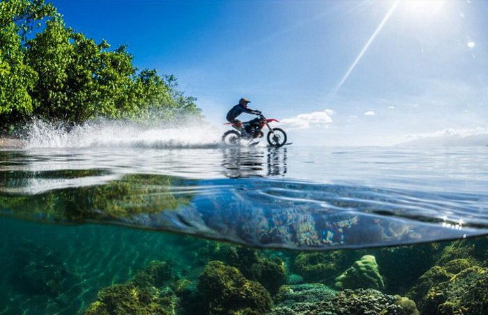 Каскадер Robbie Maddison проехал на мотоцикле по воде