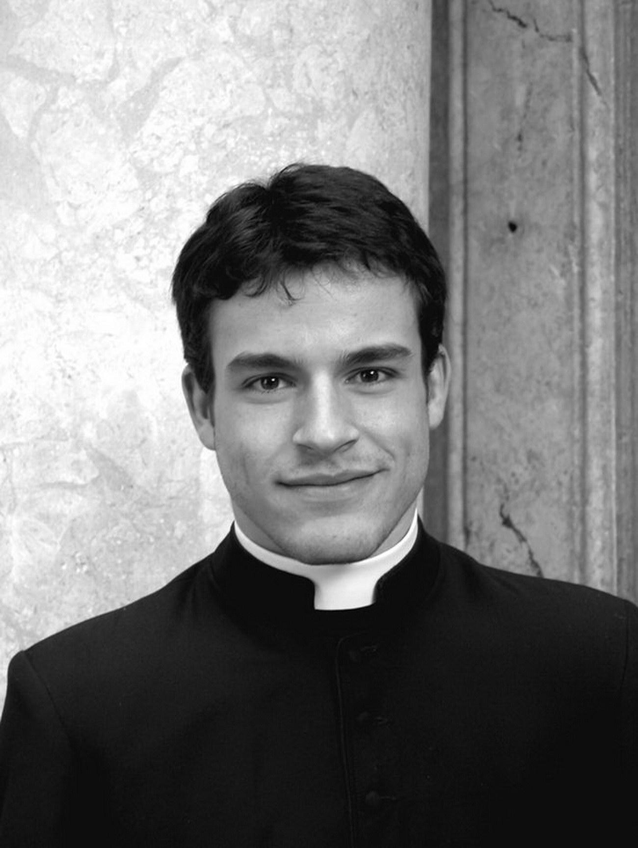 Eddie Nieto el cura de los grupos ateos