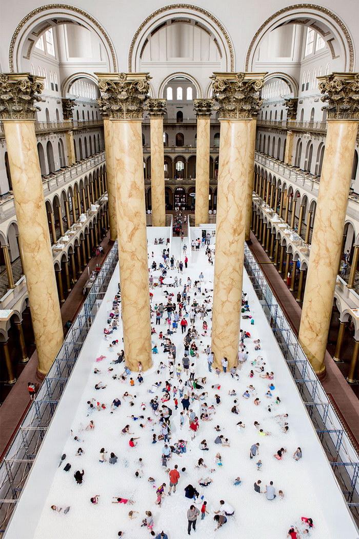 Миллион пластиковых пузырьков в инсталляции Национального музея Вашингтона
