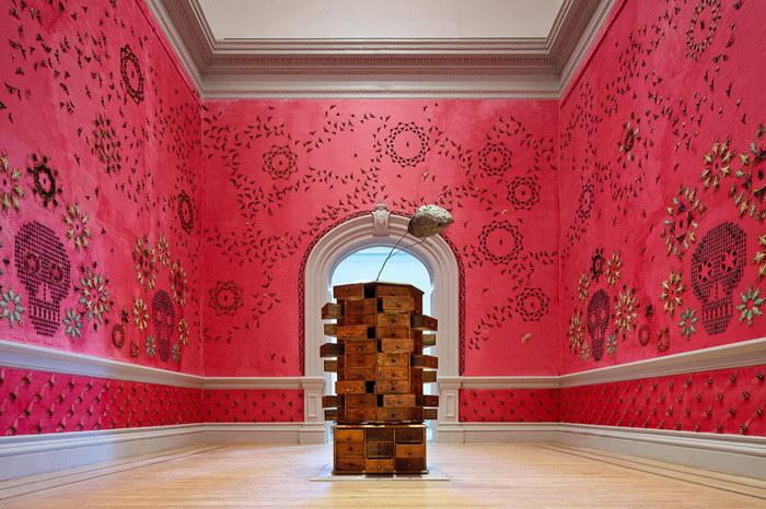 Насекомые в качестве узора на стене: инсталляция Jennifer Angus