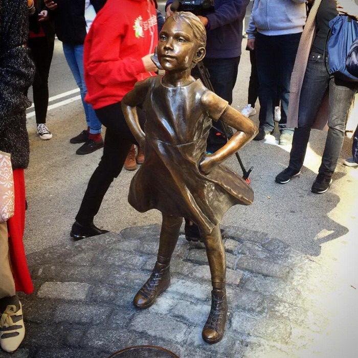 Новая скульптура девочки напротив Быка с Уолл-стрит