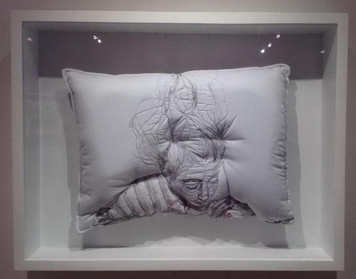 Спящие люди на подушках: проект Maryam Ashkanian