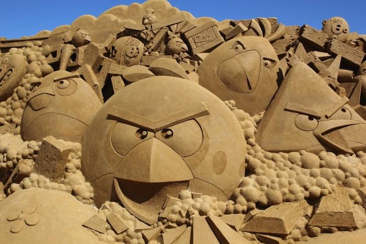 Скульптура Angry Birds из песка