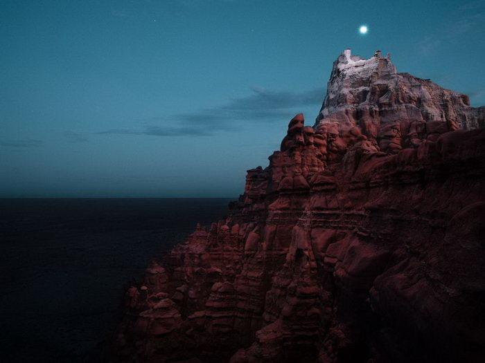 Горы, подсвеченные дроном: фотографии Ruben Wu