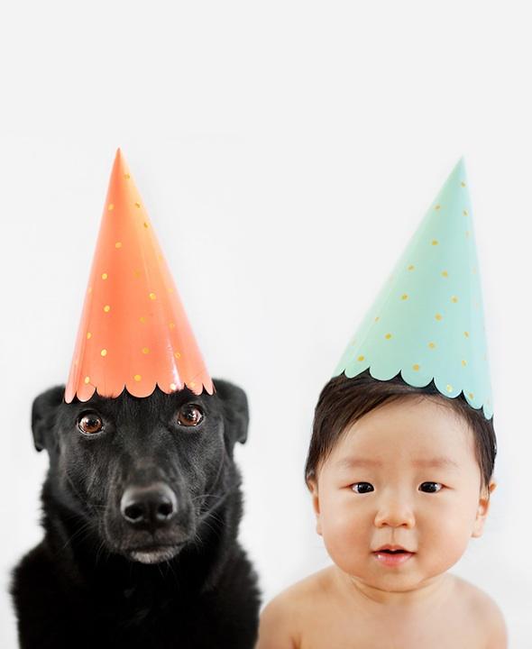 Мама фотографирует своего 10-месячного сына и любимую собаку