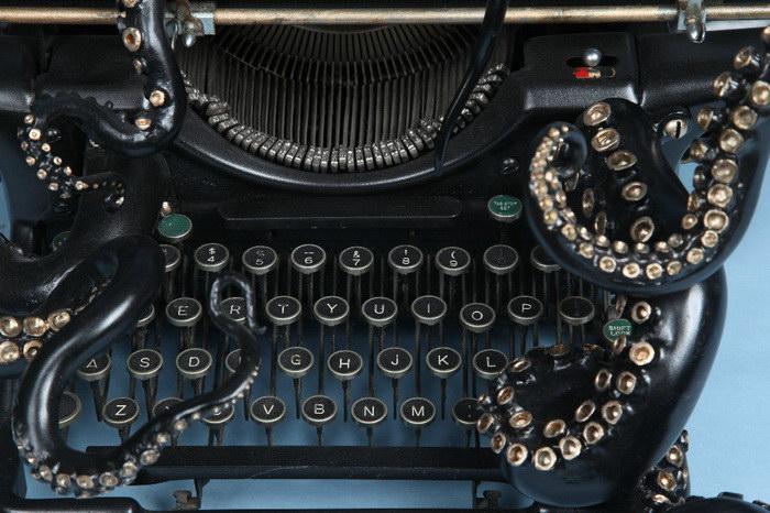 Осьминожная печатная машинка: скульптура Courtney Brown