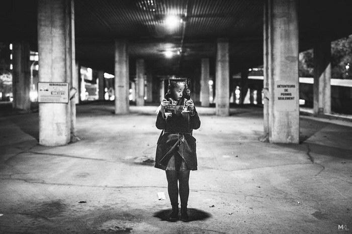Очень скромная девушка фотографа Mikaël Theimer