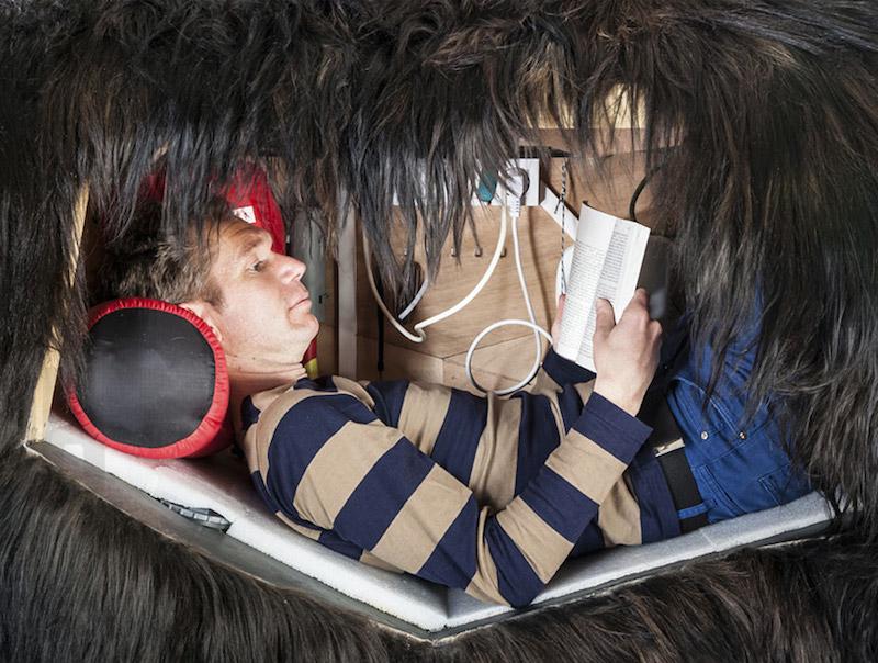 Мужчина жил в каркасе медведя в течение одного месяца