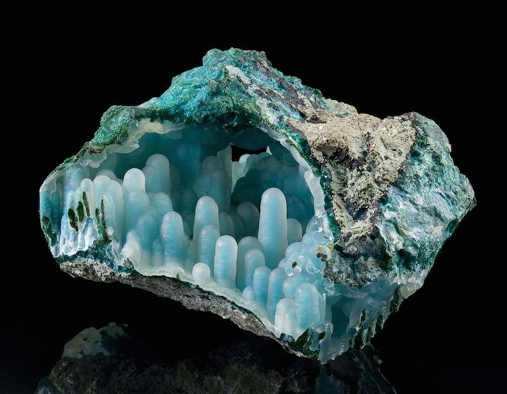 Красота голубого сталактита