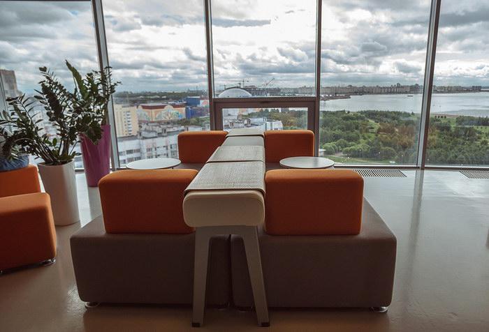Секреты дизайна офиса штаб-квартиры Yota в Санкт Петербурге: яркие акценты и роскошный вид из окон