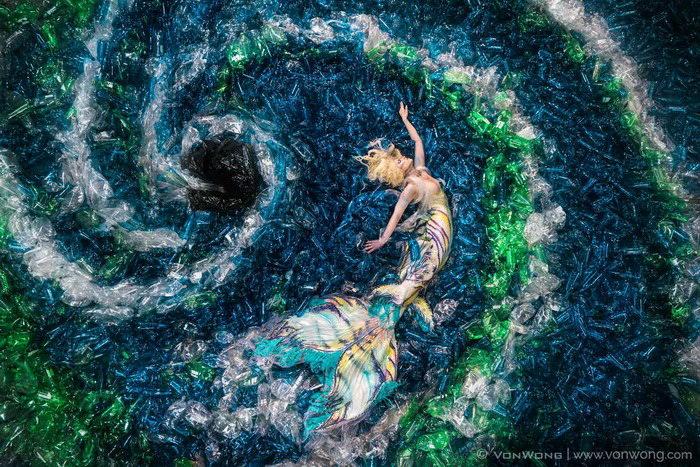 Русалки против пластика: экологическая фотосессия Benjamin Von Wong