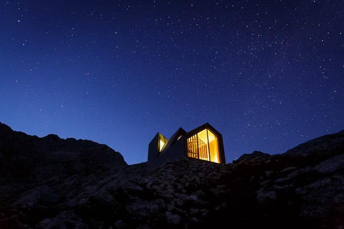 Маленький дом в горах для альпинистов