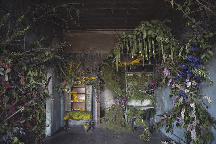 Цветочная инсталляция в одном из заброшенных домов Детройта