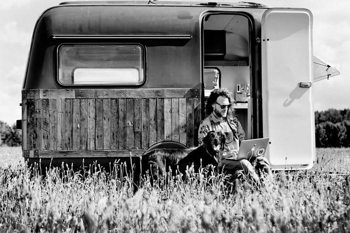 Старый фургон превратился в модный офис на колесах
