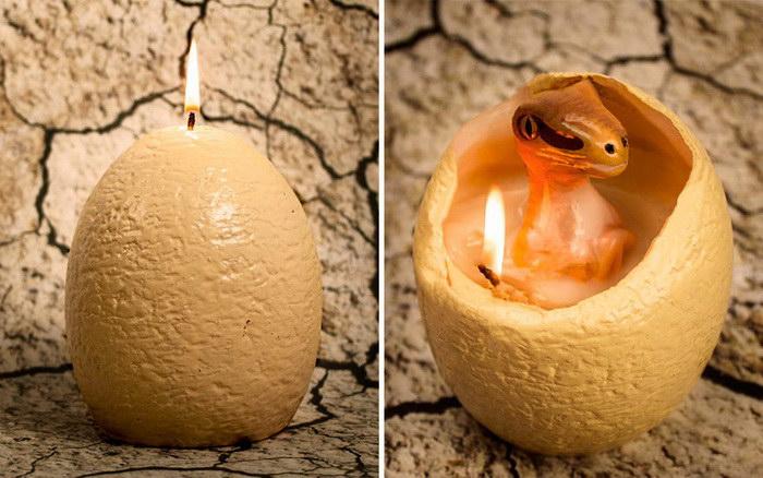 Свечка в виде яйца, из которого вылупляется динозавр