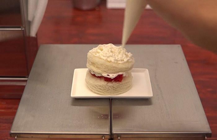 Миниатюрная еда: мужчина печет мини-пирог в мини-кухне