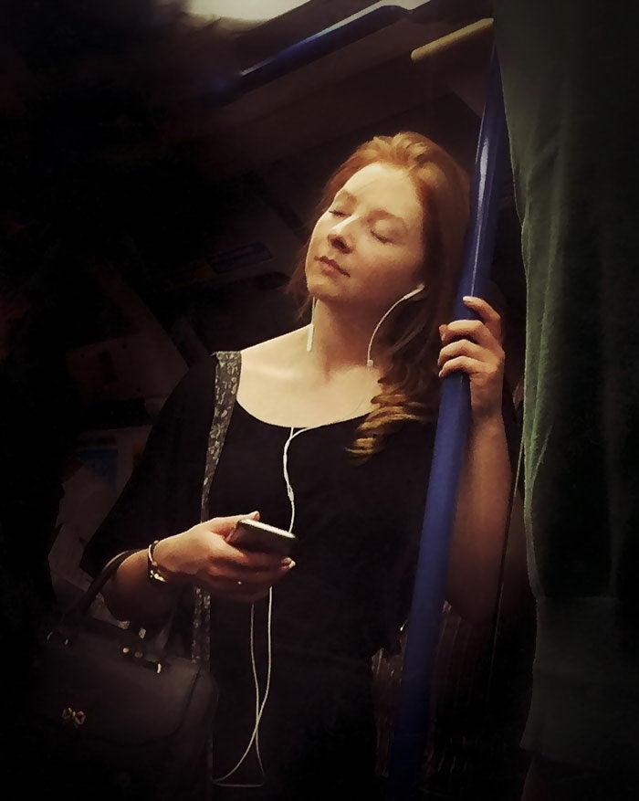 Пассажиры метро из XVI века: работы Matt Crabtree