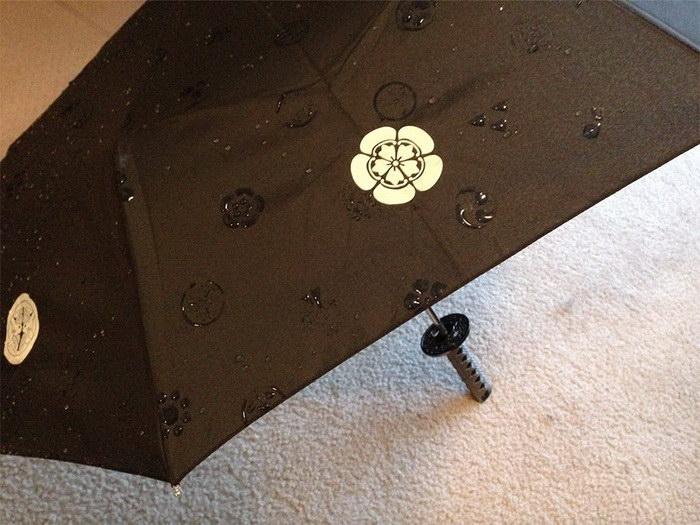 Зонтики, которые при взаимодействии с водой становятся узорчатыми