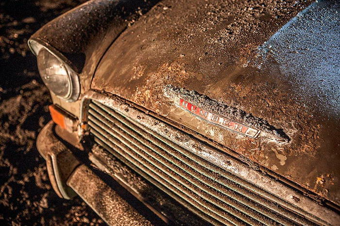 Туннель с брошенными автомобилями в фотографиях Charlie Magee