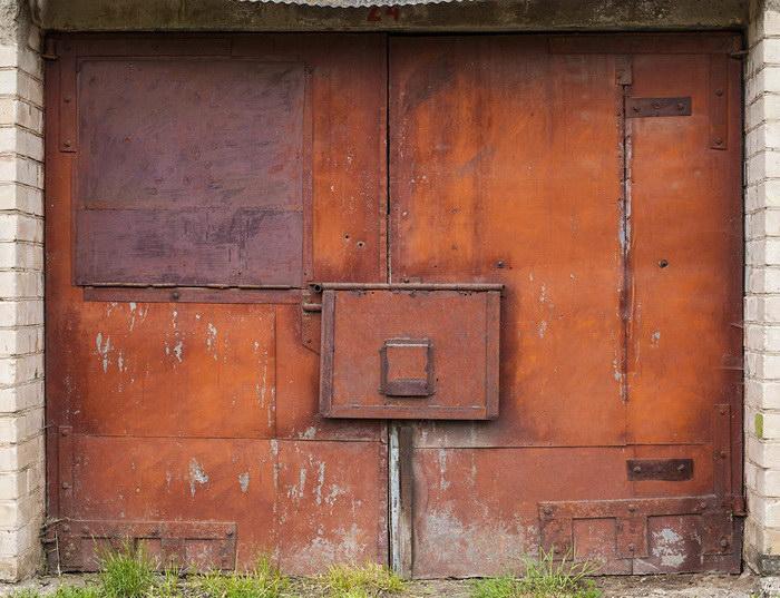 Литовские двери гаражей в фотографиях Agne Gintalaite