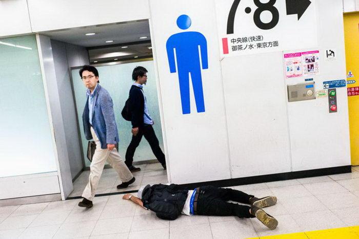 Пьяные люди на улицах Токио: фотографии Lee Chapman