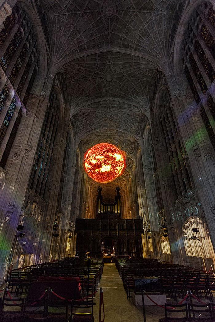 Кембриджский собор превратился в площадку для световых инсталляций