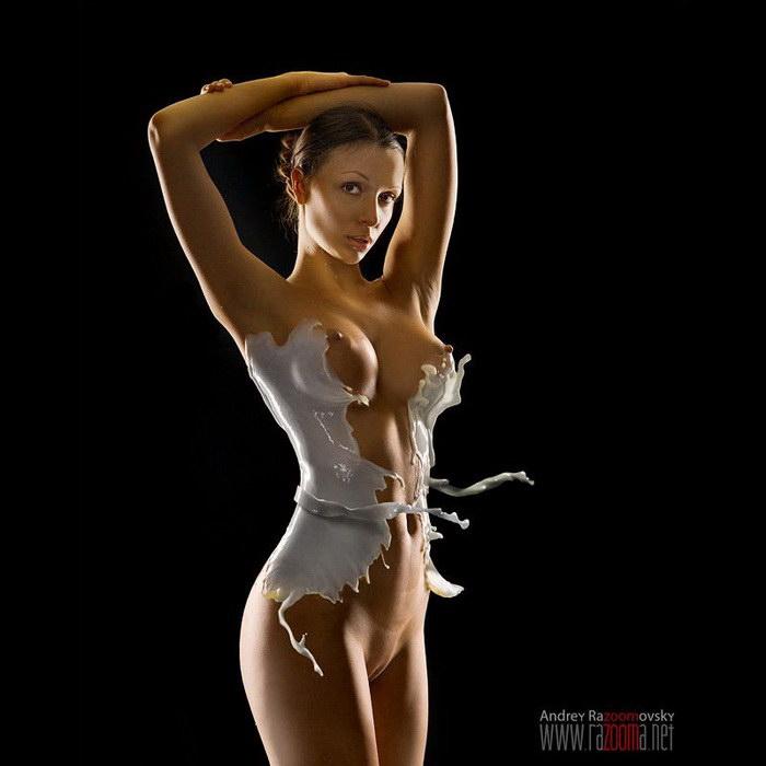 Обнаженные девушки в одежде из молока: проект Andrey Razoomovsky