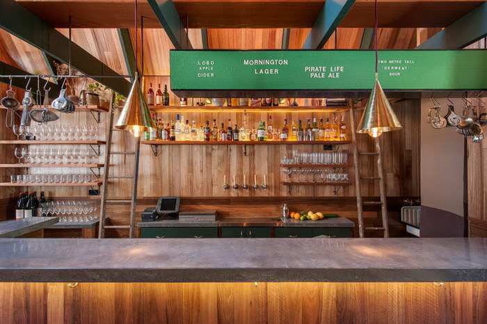 Узкий бар в переулке Аделаиды