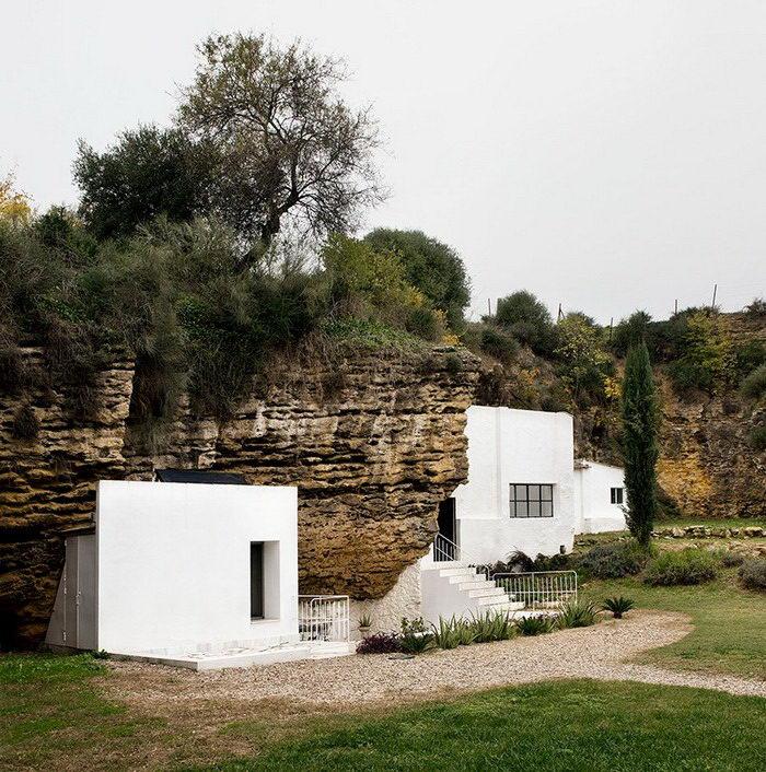 Дом в скале: необычное жилье в регионе Сьерра-Морена