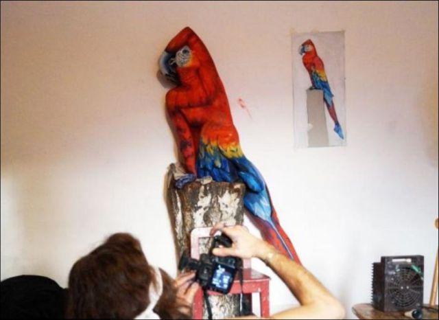 Человек, загримированный под попугая