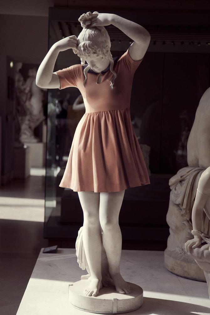Скульптуры в современной одежде