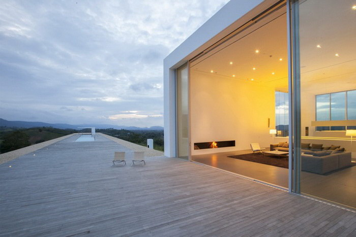 Очень длинный дом в Таиланде