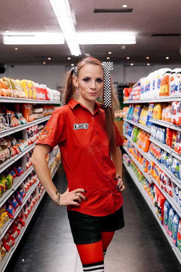 Вязанный супермаркет Lucy Sparrow