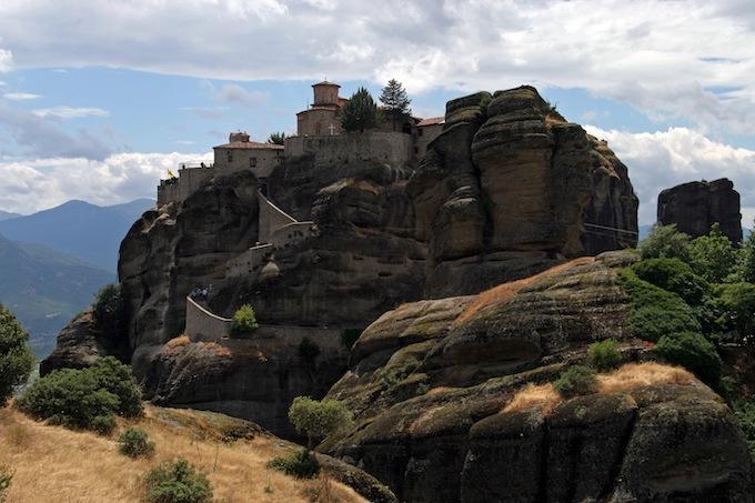 Расположенные на вершине скал монастыри Метеоры в Греции