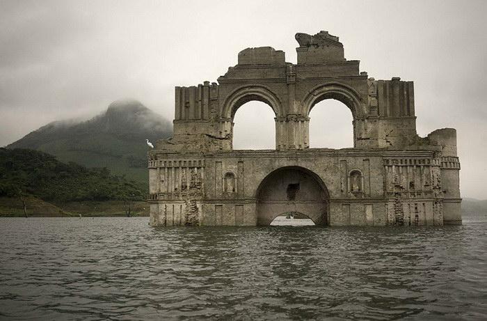 Из-за засухи затопленная церковь вновь предстала перед людьми